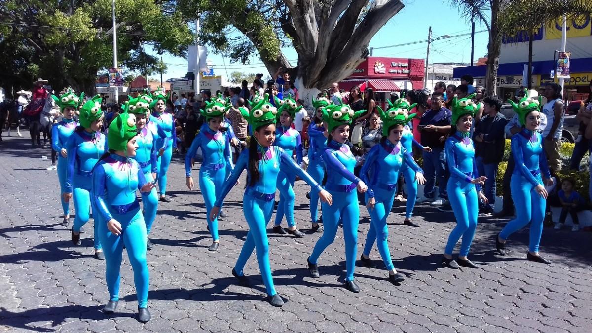 Un grupo de bailarinas vestidas de marcianas.