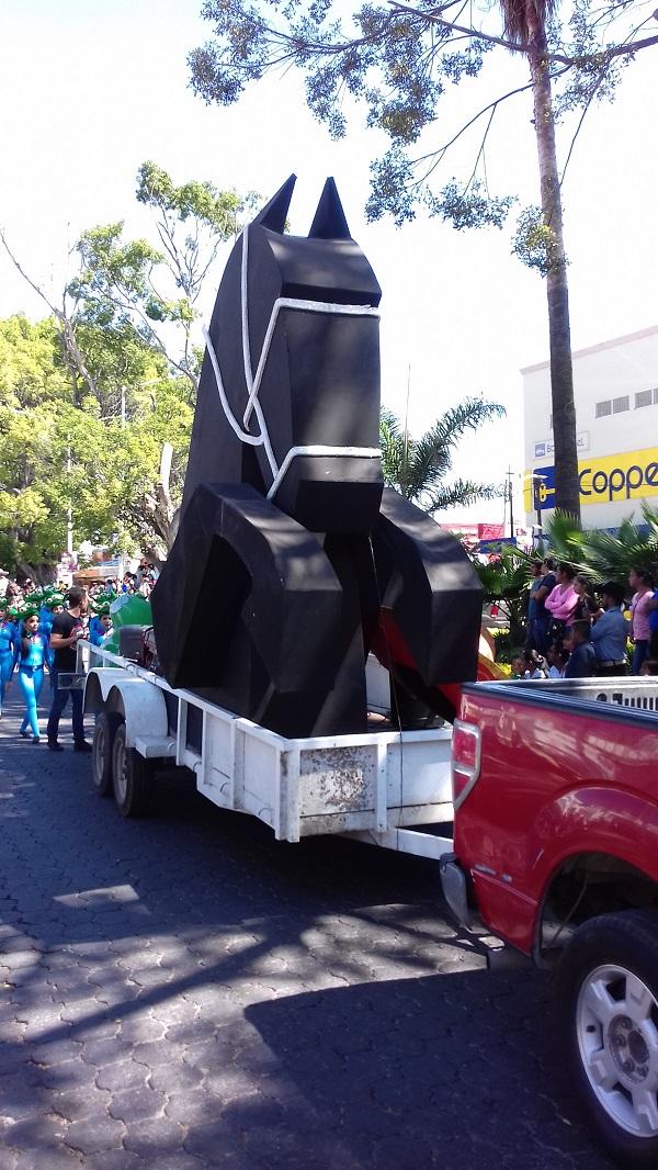Un carro alegórico en forma de caballo.
