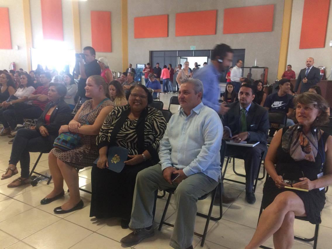 la Cónsul General de los Estados Unidos en Guadalajara, Tanya C. Anderson con el presidente municipal de Chapala, Javier Degollado González.