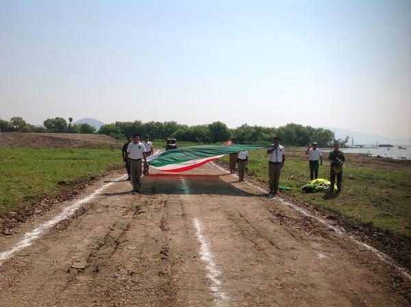 2.- Grupo del orden del municipio cargando la bandera mexicana.