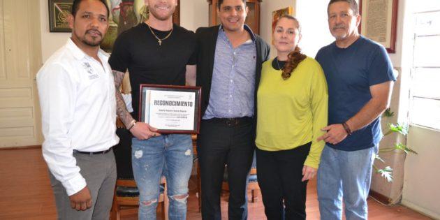Recibe el jugador Roberto Salcedo reconocimiento por su trayectoria en el deporte