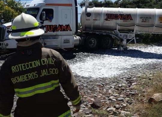 Derrama pipa ácido sulfúrico en camino de San Pedro Itzicán
