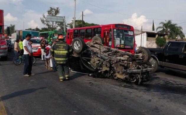 Vuelca auto en carretera a Chapala