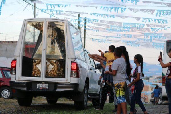 Familias se acercaron para tocar o aventar confeti al vehículo que transportaba a la Reina del Lago de Chapala.