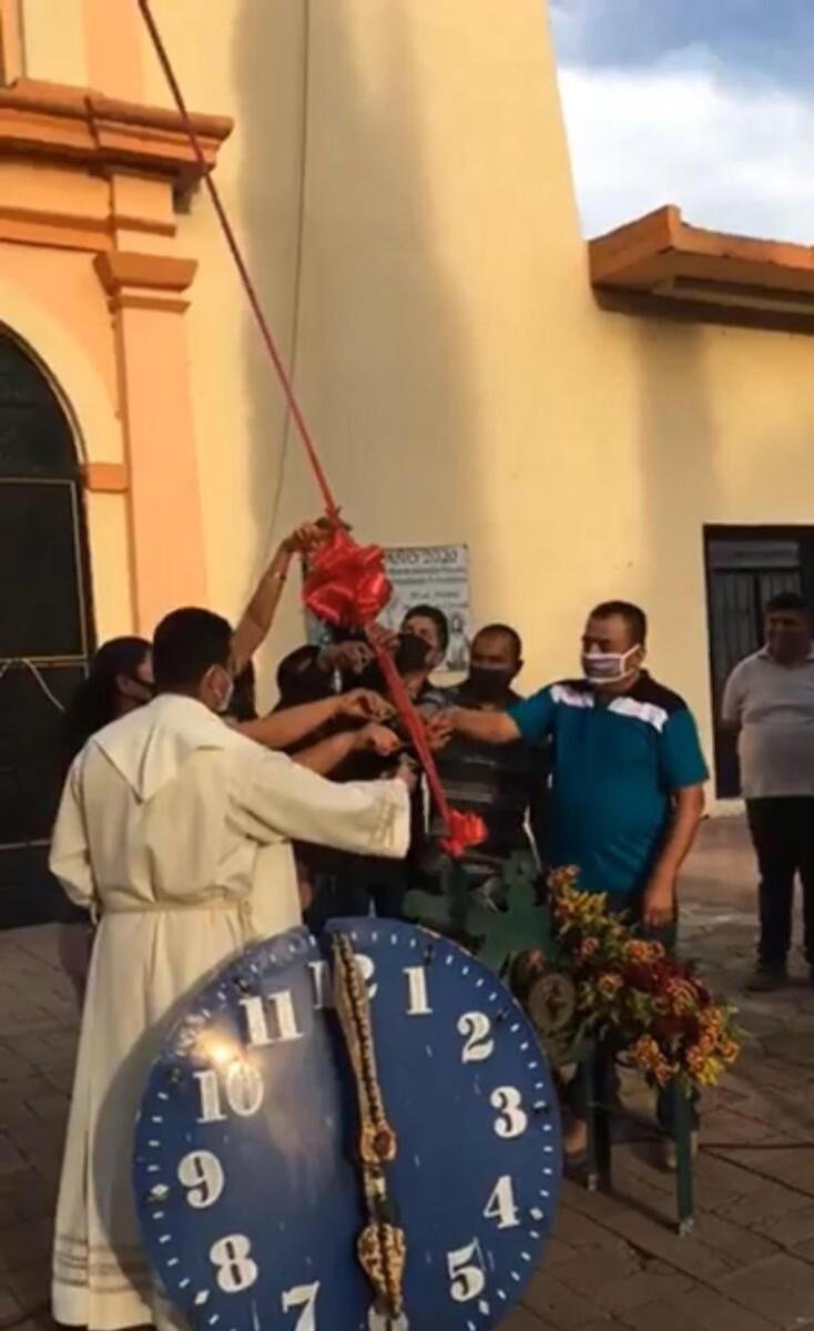 El párroco Luis Enrique Munguía Solario bendijo el artefacto. Foto: cortesía.