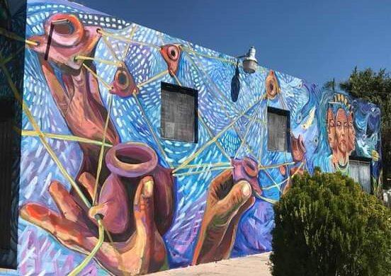 Greta Mclain, muralista internacional, pinta su primera obra en México; San Juan Cosalá fue su inspiración