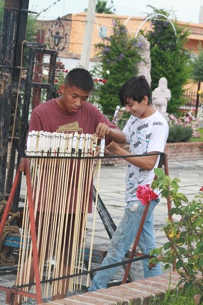 Jovenes preparán los cohetes. Foto: María del Refugio Reynoso.