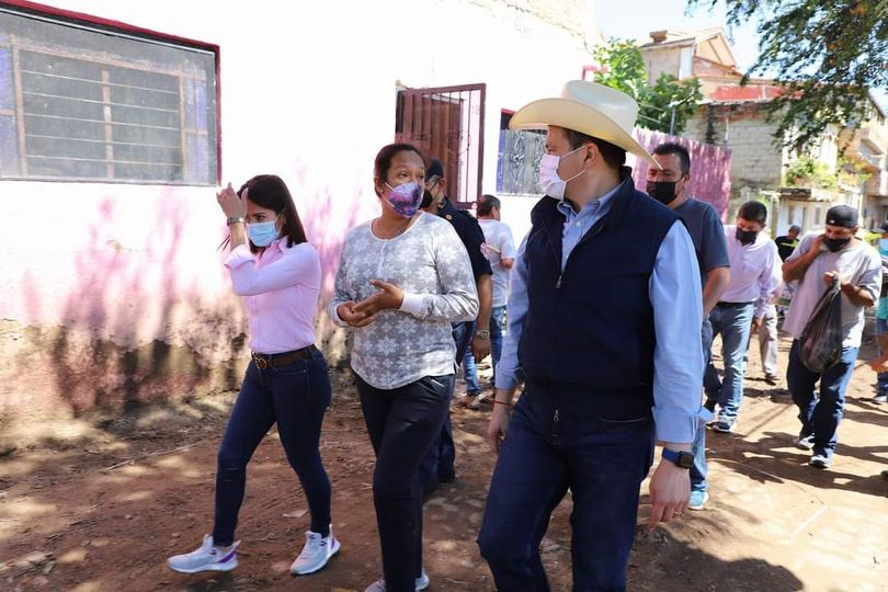 Wearing a hat and dressed in blue, Chapala president Aguirre visited La Canacinta on October 8.